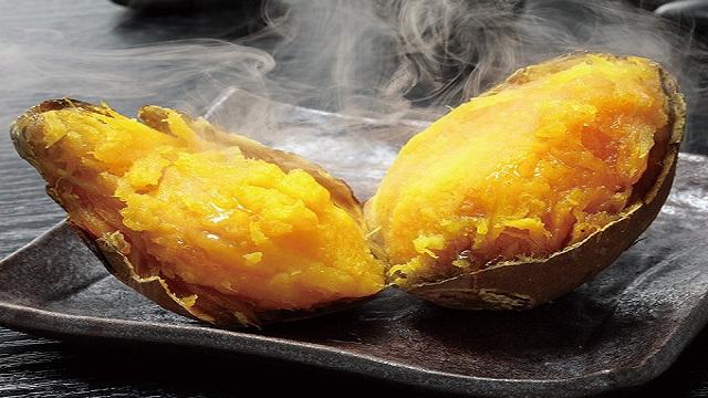khoai lang nướng bằng lò vi sóng mềm dẻo hơn nướng bằng than
