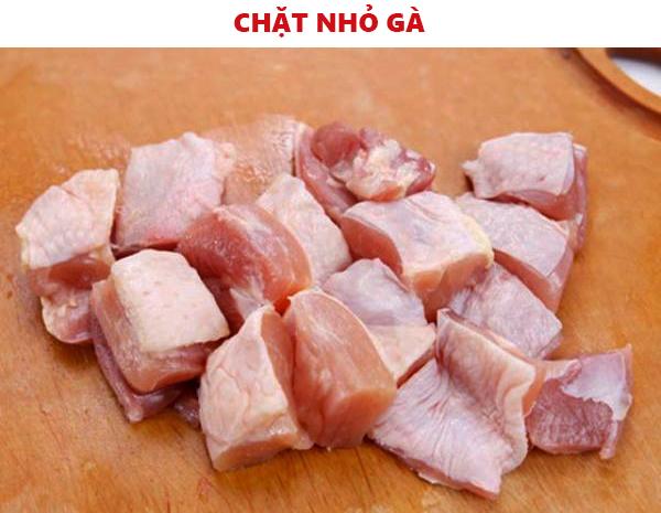 Chặt nhỏ thịt gà làm món gà kho sả ớt