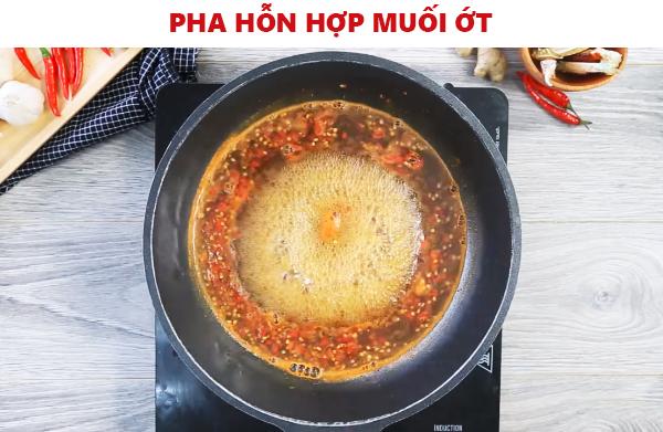 pha hỗn hợp muối ớt để làm món càng ghẹ rang muối