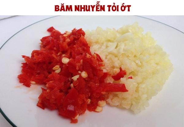 Băm nhuyễn tỏi ớt để làm món cá cơm rim tỏi ớt
