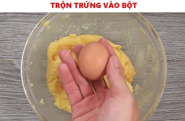 trộn trứng với bột làm bánh su kem không cần lò nướng