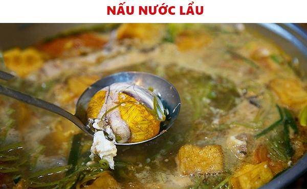 Nấu nước lẩu hột vịt lộn