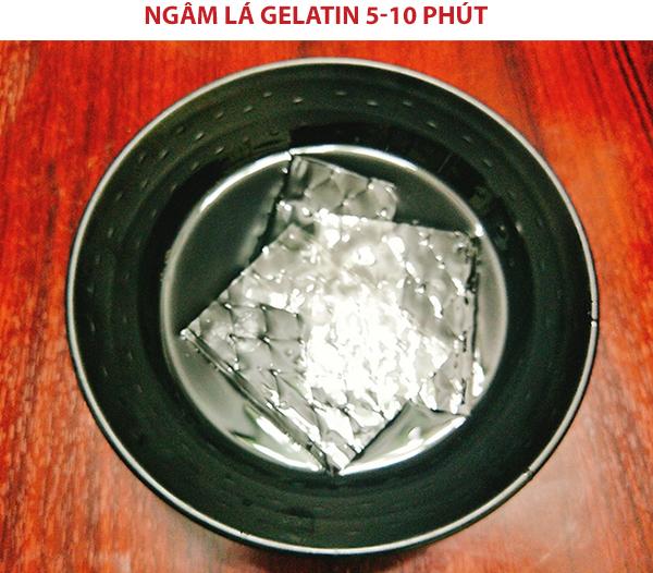 Ngâm lá gelatin 5-10 phút