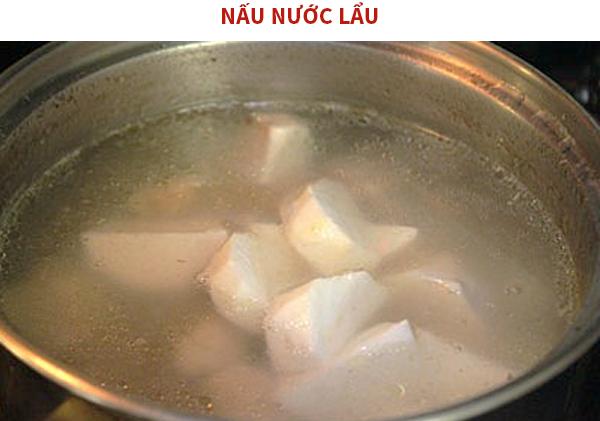 Tiến hành nấu nước lẩu