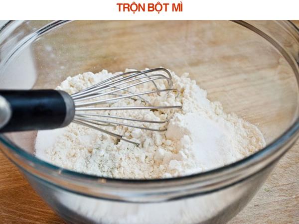 Trộn hỗn hợp bột mì, bột nở, muối