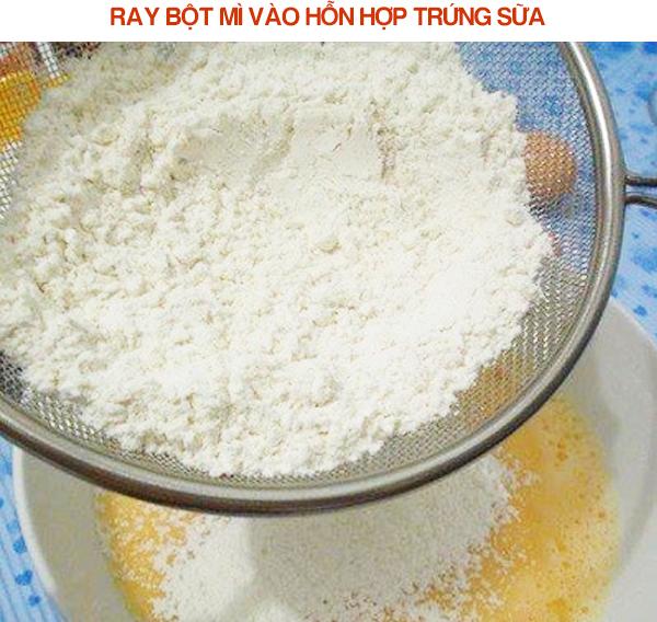 Ray bột mì vào hỗn hợp trứng sữa