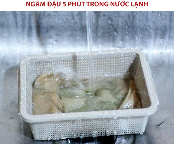 Ngâm đậu 5 phút trong nước lạnh