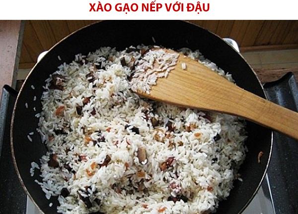 Xào gạo nếp với đậu và nước cốt dừa