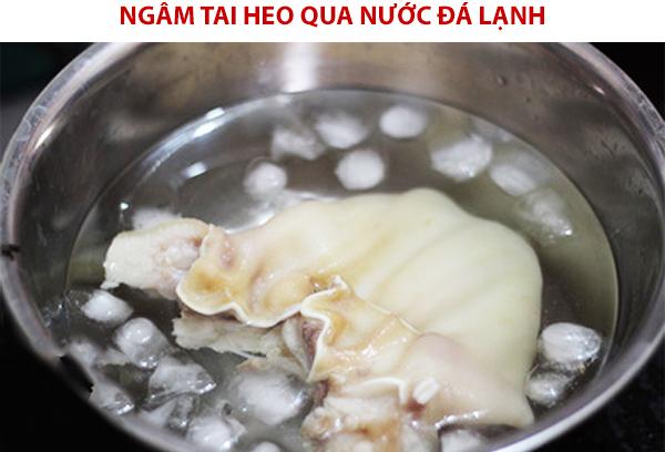 Ngâm tai heo qua nước đá lạnh món ăn sẽ giòn hơn