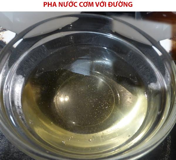 Pha nước cơm với đường