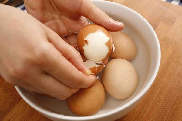 Luộc trứng dễ bóc vỏ với giấm