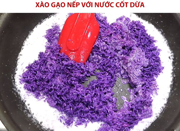 Xào gạo nếp với nước cốt dừa cho ra nhựa