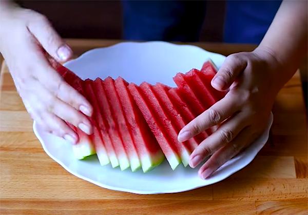 Khéo tay hay làm với 4 cách cắt xếp dưa hấu đẹp lạ chuẩn chỉnh lại nhanh gọn lẹ