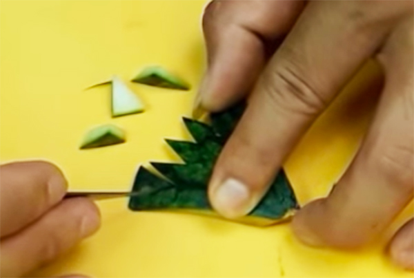 Sử dụng miếng vỏ dưa lúc nãy tỉa thành hình đuôi công