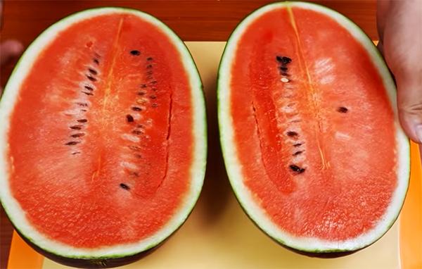Bổ dưa hấu làm 2
