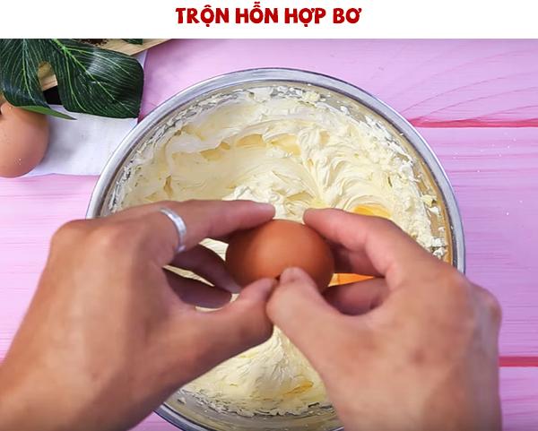 Thêm trứng vào hỗn hợp bơ