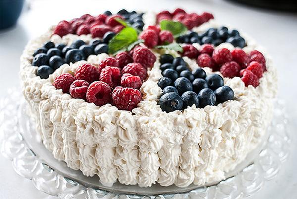 Cách trang trí bánh gato bằng trái cây