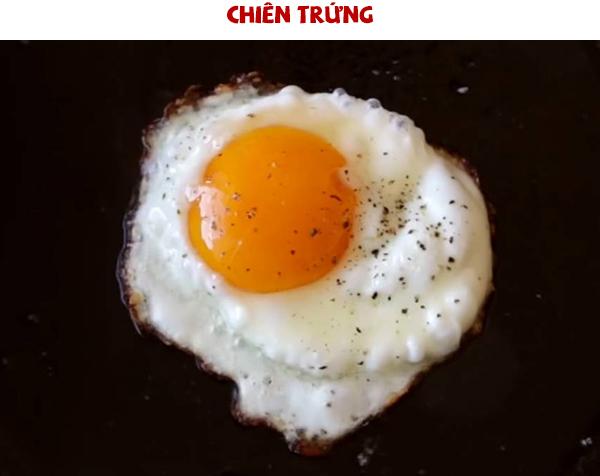 chiên trứng cho món mì trộn tóp mỡ