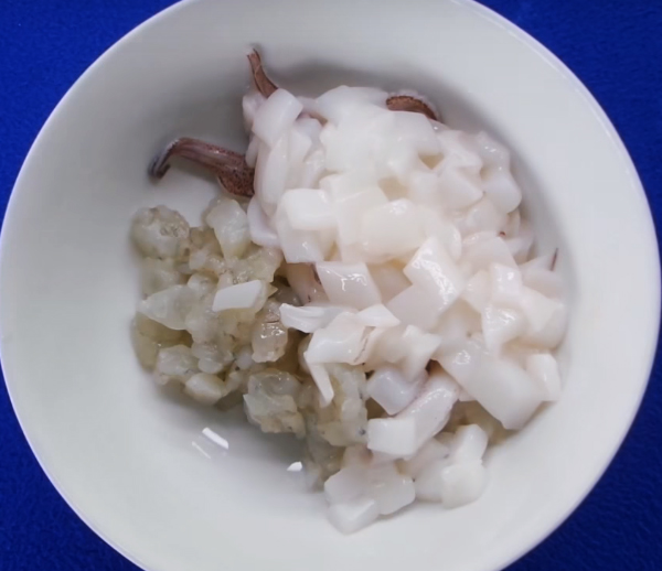 Sơ chế tôm mực làm bánh xèo Hàn Quốc