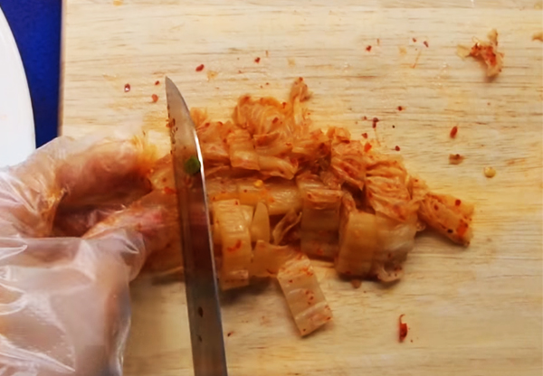 Sơ chế nguyên liệu làm bánh xèo Hàn Quốc