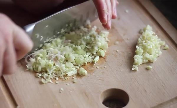 Sơ chế nguyên liệu nấu gà xào lăn