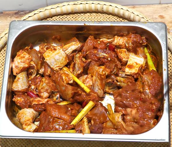 Sơ chế gà làm gà xào lăn