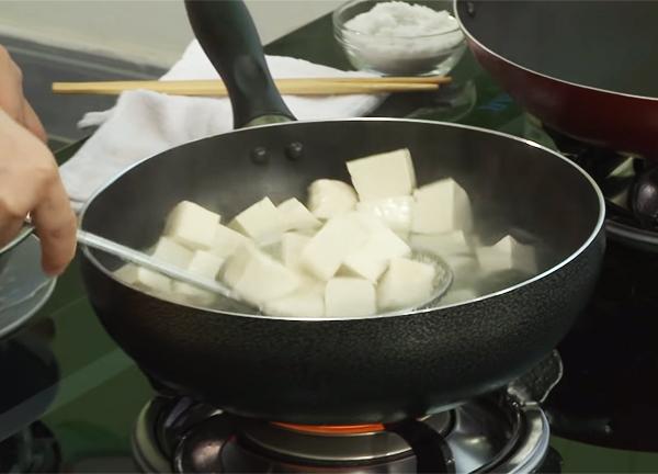 Sơ chế đậu hũ làm đậu hũ Tứ Xuyên chay