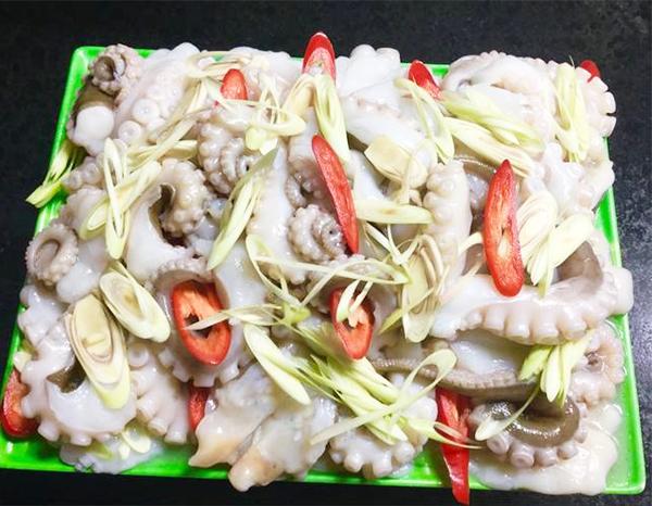 Sơ chế bạch tuộc làm bạch tuộc nhúng giấm