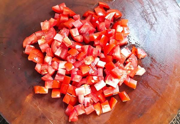 Sơ chế nguyên liệu nấu lẩu cá bóp nấu măng chua
