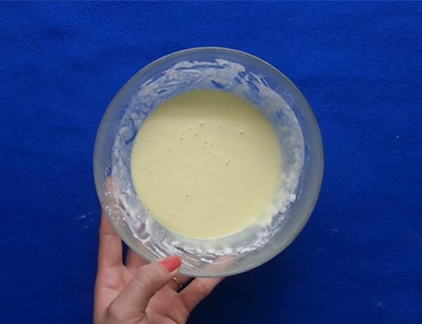Pha bột làm bánh chuối chiên xù