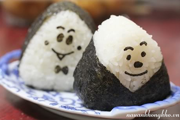Cách làm cơm nắm Nhật Bản
