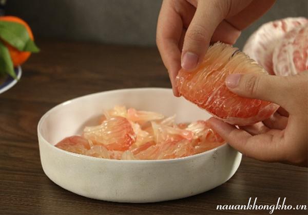 Sơ chế nguyên liệu làm gỏi bưởi tôm thịt