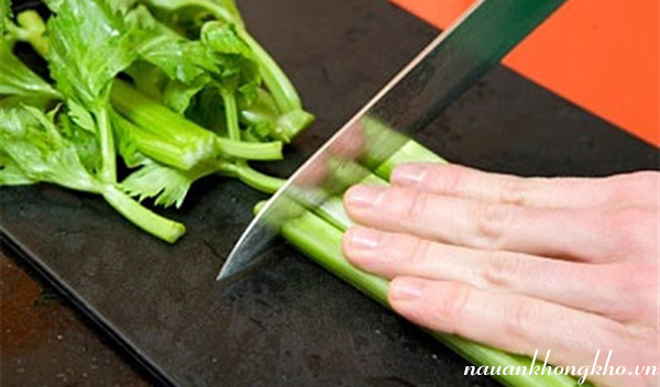 Sơ chế nguyên liệu làm thịt bò xào rau cần