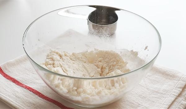 Trộn bột làm phô mai viên chiên