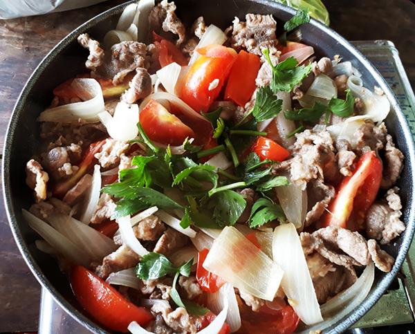 Cách làm bò xào củ hành cà chua