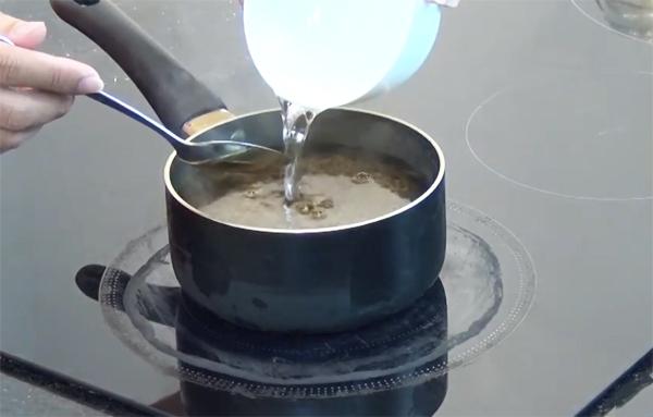 Nấu hỗn hợp nước tương ngâm chân gà
