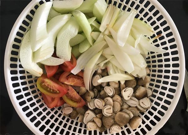 Sơ chế nguyên liệu nấu lẩu hải sản chua cay
