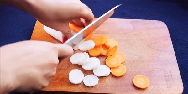 Sơ chế nguyên liệu nấu nui chay