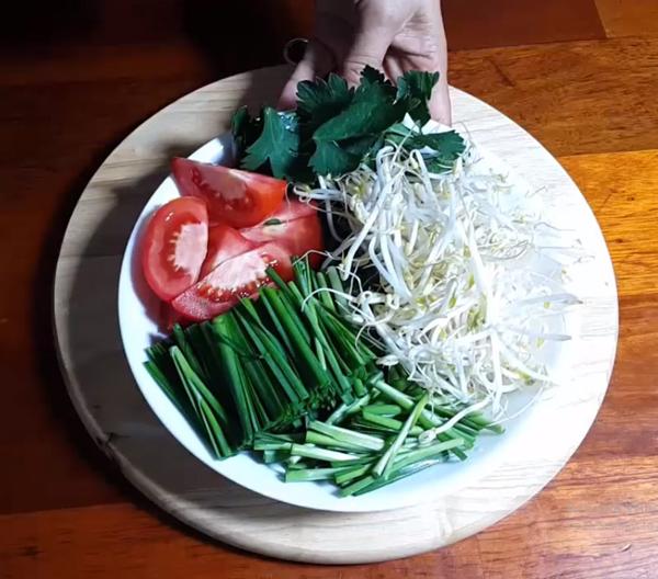 Sơ chế nguyên liệu nấu canh hẹ đậu hũ cà chua