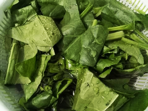 Sơ chế nguyên liệu nấu canh cải bó xôi thịt bằm