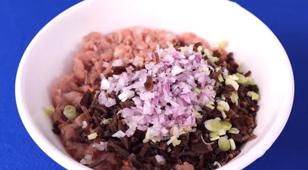 Ướp thịt nấu canh bắp cải cuộn thịt