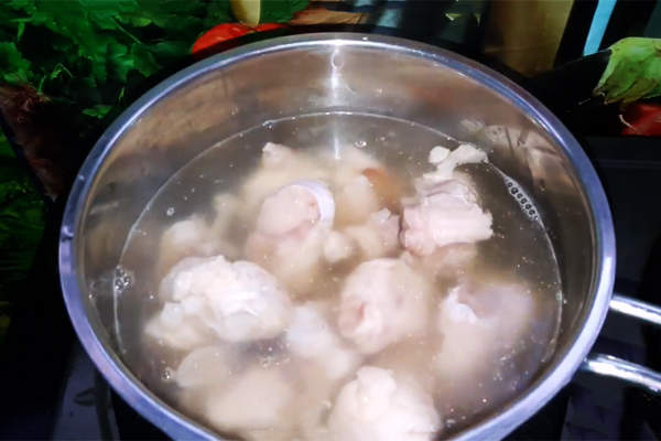 Cách nấu canh khoai sọ, rau rút, móng giò