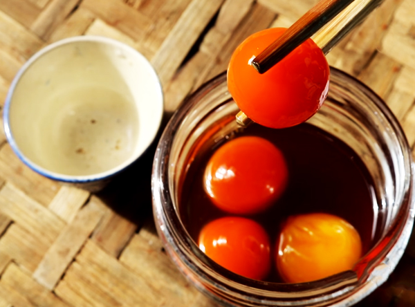 Cách làm trứng gà ngâm mật ong