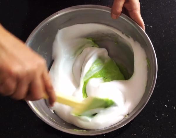 Cách làm bánh bông lan lá dứa