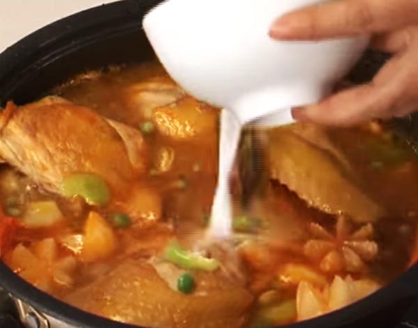 Cho cà rốt vào hầm mềm trong 10 phút.