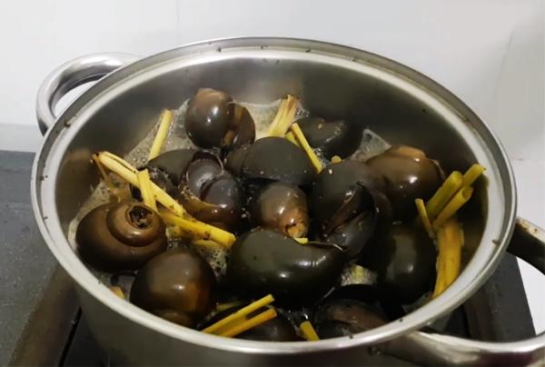 Cách làm ốc bươu hấp sả