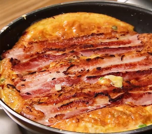 Cách làm trứng chiên phô mai thịt bacon