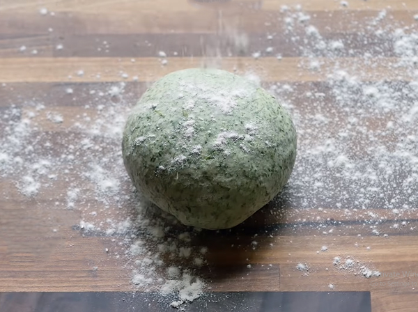 Cách chế biến rau chân vịt thành mì kéo trộn dầu tỏi