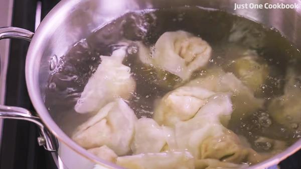 Cách làm hoành thánh tôm thịt nước súp