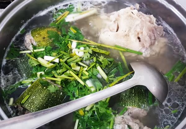 Cách nấu canh bí ngòi xanh nhồi thịt